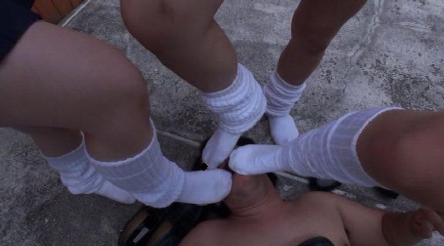 真夏のルーズ蒸れ蒸れJK激酸っぱい足臭虐め の画像3