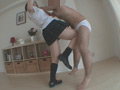 「私、男の金玉潰すの快感なの、過去に何人も蹴り潰した事あります」という「杏子ゆう」の本気蹴りが炸裂!!男は強烈な膝蹴りに汗をたらしながら悶絶し、踵蹴り連打に飛び上がる。...