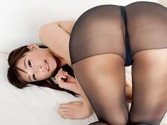 熟れた女の挑発的な黒パンスト脚コキ