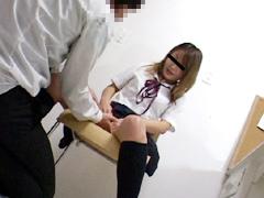 万引きで検挙され店長にいたずらされた女子校生1
