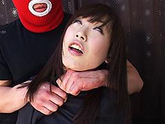 【エロ動画】美人アナウンサー 絞め技突撃取材のエロ画像