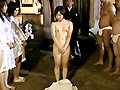 その「村」では、古来からのしきたりによって処女と童貞をささげることで成人となる儀式が存在する…。日本人が本来持っていた「村」の中での「性」の共有観念、おおらかな性道徳を受け継いできた「村」に伝統として伝わる成人の儀式の様子をご覧ください。