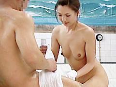 【エロ動画】熟女と風呂に入っていて勃起したチ○ポを見られたら…のエロ画像