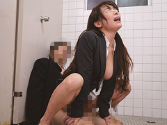 男子トイレの個室ドアを猛ノックする美人教師!