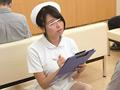 待合室でソソる看護師の立て膝パンチラ!