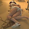 患者に縛られ床の上でもがき苦しむ見習いナース