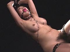 有刺鉄線を躰に巻かれ拷問される女達