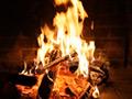 炎を見つめると心地よくて癒されませんか?少なくとも約40~50万年前から人類は焚き火を行っていました。炎には人間の持つ潜在意識の中に呼びかける効果があります。狩猟民族としての血が流れている私たちは、元々自らストレスを解消する力を持っているのではないでしょうか。何も考えないで、焚き火の炎をボーッと見つめていると、不思議なことに何時間見ていてもまったく飽きずにとても気持ちよく感じます。最近になってよく耳にする「1/fの揺らぎ」、それは自然界の中に多く存在します。波の音、星の瞬き、川のせせらぎ、ろうそくの炎、薪が燃えるパチパチ音など、その波長は1/fの揺らぎを持っており、規則性のないその揺らぎが人の心を癒す効果があるのではないかとも言われています。しかし、私たちの生活で焚き火や薪を燃やすことなど出来る環境ではないのがほとんどだと思います。そこでこの作品を作りました。日常生活の中で外部から刺激を受け、気づかずに感じてるストレス、意識のない緊張状態の体をリラックスさせ、安らぎを感じてください。