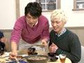 """人気シリーズ「ハッピーレシピ」で今話題のボーイズグループ""""BEE SHUFFLE""""が登場!「男子厨房に入らず」とは今は昔。現在、モテ男たちの必須条件に「料理ができる!」が上位にランクイン!「ハッピーレシピ」シリーズは、若手俳優たちのプライベートトーク満載の料理作品です!今回は、日韓の混合グループ、BEE SHUFFLE(ビーシャッフル)メンバー全員が登場ということもあり、これまで以上に息もピッタリ!?な彼らだけの秘められた空間を披露!テーマも「BEE SHUFFLE」の名前の通り、今回はシャッフルクッキングに挑戦してもらい、ある料理素材と、ある料理素材をシャッフルして、新感覚料理をつくっちゃいます。□□□×□□□=???果たして、本当にシャッフルグルメはできるのか?「ハッピーレシピの」レギュラーメンバーも緊急参戦!今回もまた目が離せない!何が起こるか分からない!!もちろん普段見ることのできない彼らの魅力も満載にしている最新作にご期待ください!"""