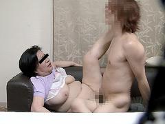 【エロ動画】母親が若い男に抱かれるところのエロ画像