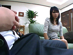 【エロ動画】ガチ勃起してる訪問販売員に目が釘付けになった奥様をの人妻・熟女エロ画像
