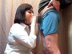 【エロ動画】試着室で熟女店員にチ○ポ出して裾上げをお願いしたら3のエロ画像