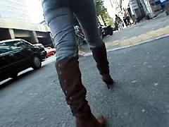 ブーツで歩く女2