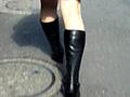 年末予告のブーツで歩く女