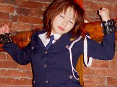 磔にされた制服女性