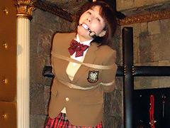 【エロ動画】磔にされた制服女性のエロ画像