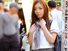【エロ動画】人気熟女にいきなりセーラー服を着せて街中放置したらのエロ画像