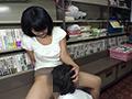 本屋で男子学生にエロ本見せつけたイケない人妻2 5