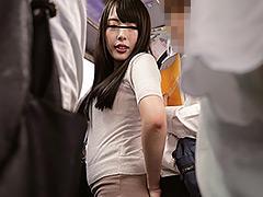 【エロ動画】満員バスでOLお姉さんがチ○ポに触れてきてボッキッキーのエロ画像