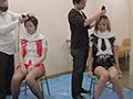 椅子に座らされ、バリカンで中央から髪の毛を刈られて