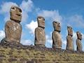 モアイの建つ島として有名なイースター島の魅力を、チリ政府公認の現地在住日本人ガイド・瓜生美彦が紹介!「「イースター島」や「モアイ」という言葉や姿かたちは知っているけど、細かいところはよく知らない。」そんな人も多いはず!今回は、そんな人たちに向けて、現地に住む瓜生美彦氏が実際にイースター島を歩きながら、島の歴史・文化・現地の人々の生活・モアイ像・自然などを、あますことなく案内していきます。モアイだけではない、「こんな綺麗な場所があるんだ!」「こんなところに行ってみたい!」と思わせるイースター島の様々な魅力を紹介し、視聴者には島への理解をより深めてもらい、その美しさを知っていただきます!前編(主に島の西側)、後編(主に島の東側)を収録。 ※特典映像は収録されておりません