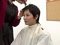 黒髪のロングヘアーをばっさりと切っちゃいます
