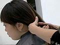 二つにくくった髪の毛をバッサリと切りおとしていきま