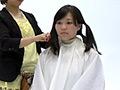 髪の毛を4等分にわけ、その結び目からハサミでバッサ