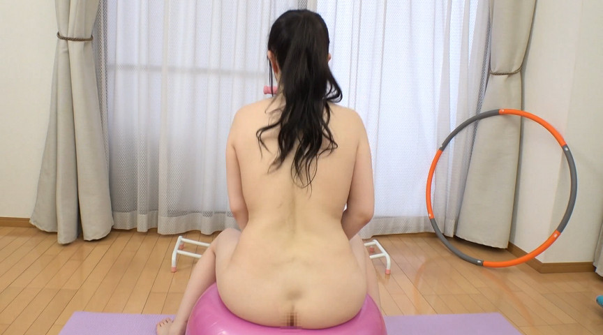 レイヤーお姉さんの爆乳がたゆんたゆん!丸裸エクササイズ!!02