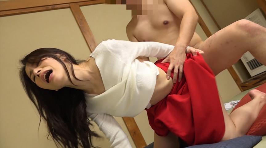 温泉宿に美乳痴女たちが潜入して男性客にフェラご奉仕 3