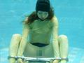 水中で酸素ボンベを付け、洋服を着たまま拘束具により手足を拘束された女性を収録しました。いわゆる水中脱出とは相違し、水中フェチズムの世界に、拘束を加えたマニア必見の映像をどうぞご堪能下さい。