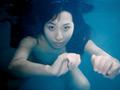 頭からビニール袋をかぶり、呼吸を制御しながらオナニーする女性、水の中を颯爽とこちらに向かって泳いでくる女性、水の中でオナニーする女性など、とことん「水」に拘った一味違う水中フェチズムの映像をご堪能ください。