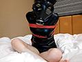 ガスマスク少女、結構勘が良くて、マジックバンド式の拘束具だと簡単に外してしまうので、今回はロープで胸の周りを「ぎちぎち」に縛りました。ついでに後ろ手にも縛りました。さらに呼吸制御付のガスマスクを装着です。なんと撮影開始後すぐに『呼吸困難になり撮影中断!』さらには縄が胸と腕を締め付けて、ぐったりして動けなくなってしまいました。今回はカメラを5台設置して、5アングルの映像を楽しめます。 ※本編中にノイズが発生する箇所がありますが、オリジナル・マスターに起因するものです。あらかじめご了承ください。