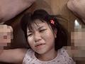 嫌がる少女に強制手コキさせ顔に精子をぶっかける男たちのサンプル画像17