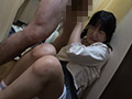 嫌がる少女に強制手コキさせ顔に精子をぶっかける男たちのサンプル画像18