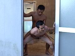 坊主少年がシャワー室でスポーツマンに犯される!!