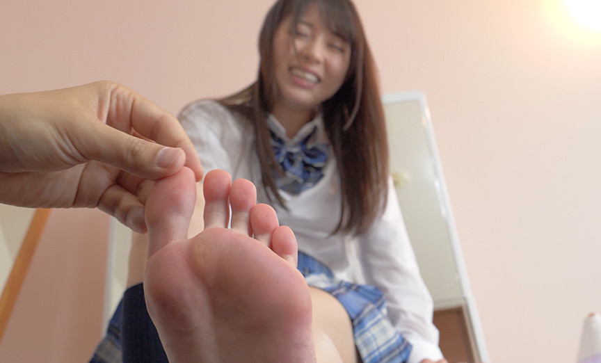 制服姿の大人気女優あおいれなチャンの足裏くすぐり!!