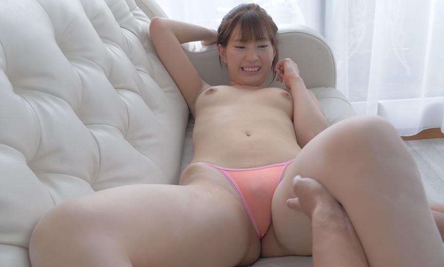 美谷朱里チャンの太もも・お尻などをパウダーくすぐり!