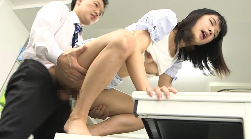 勤務中に我慢し切れず弾丸放尿しちゃった女