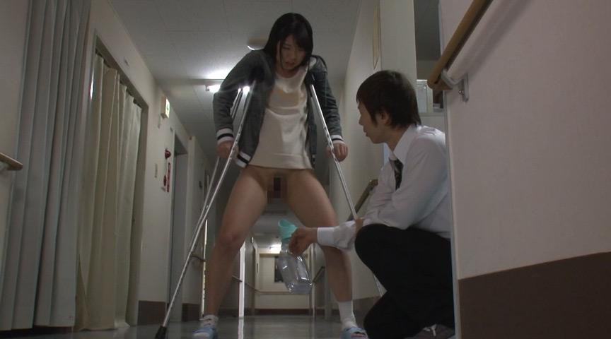 入院している可愛い女の子の尿瓶放尿
