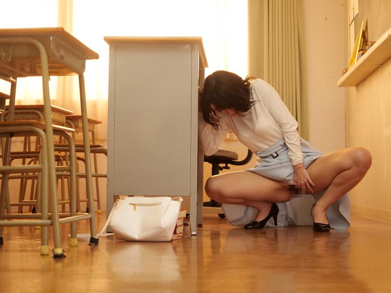 放尿を見られた女性教員の生まれて初めてのSEX
