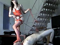 夫の上司のマゾ性癖を知り、奴隷として調教する奥さん