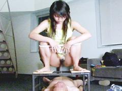 S女カメラマンの前で笑いながら親父を虐待して遊ぶ少女