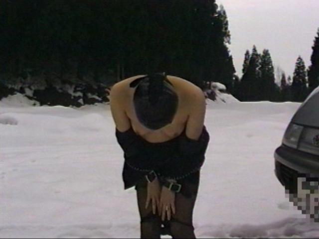 露出素人妻 雪責め地獄のサンプル画像3