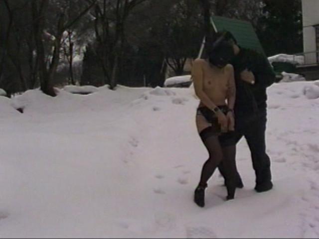 露出素人妻 雪責め地獄のサンプル画像4