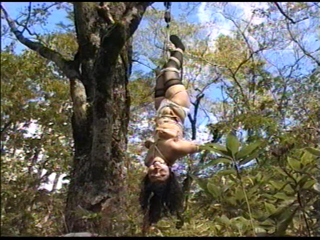 奴隷婦人 水責め鞭打ち逆さ吊りの儀式 画像 10