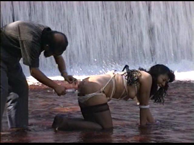 奴隷婦人 水責め鞭打ち逆さ吊りの儀式 画像 12