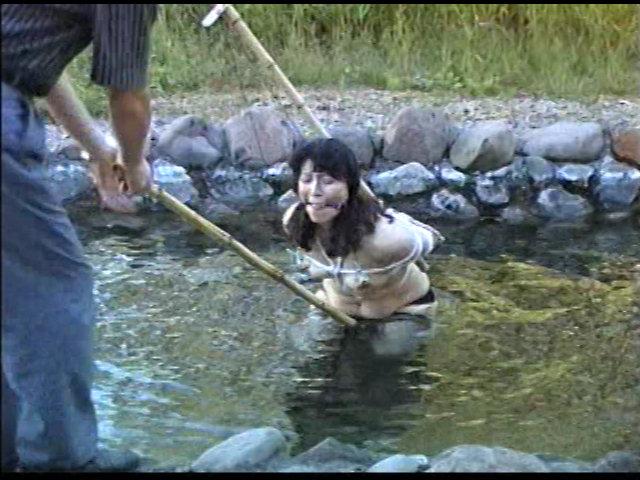 奴隷婦人 水責め鞭打ち逆さ吊りの儀式 画像 15