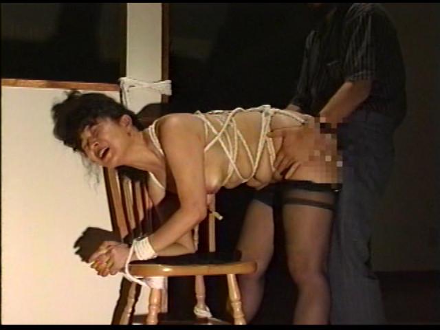 奴隷婦人 水責め鞭打ち逆さ吊りの儀式 画像 19