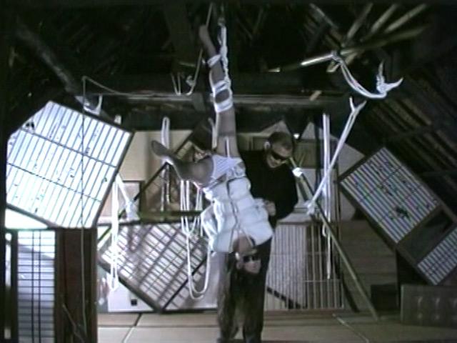 人妻密室監禁 浣腸鞭打ち逆さ片脚吊り 画像 2